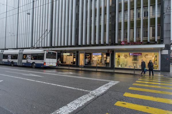 e043875947a ... l immeuble de bureaux situé entre la rue du Rhône 65 et la rue  François-Versonnex 2. Prix de la transaction   82